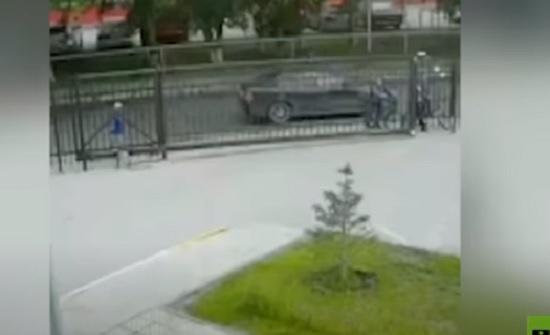 فيديو : إنقاذ طفل علق رأسه بين قضبان بوابة معدنية