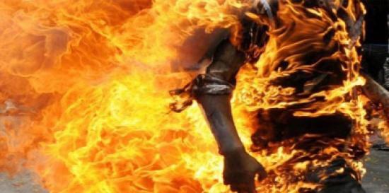 مصر :  شاب يشعل النيران في جده بعدما ضبطه مع فتاة