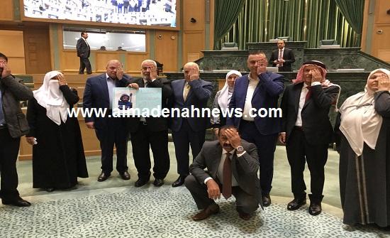 صور : النواب يغلقون عيونهم اليسرى تضامنا مع معاذ عمارنة