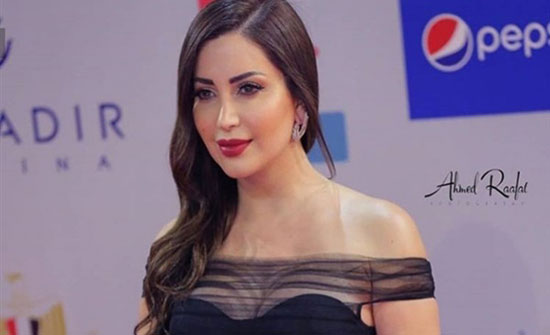 بالصور : نسرين طافش تتعرض للانتقادات بسبب فستانها الفضي الجريء