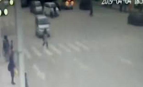 20 شخصا ينقذون فتاة دهستها سيارة (فيديو)