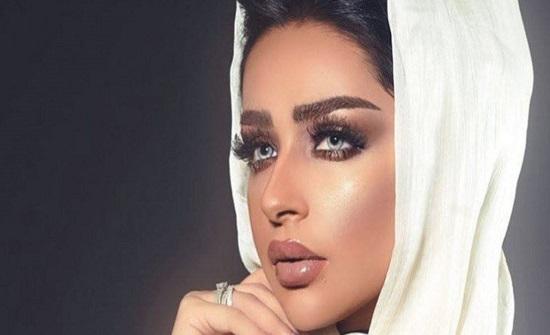 السعودية أمل الأنصاري تكشف النقاب عن جنسية خطيبها.. وتحيّر الجمهور (فيديو)
