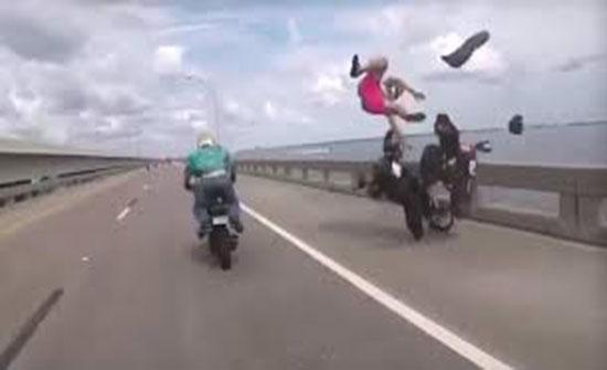 فيديو :  سائق دراجة نارية يطير في الهواء على إثر حادث سير