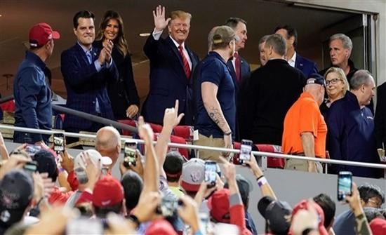 بالفيديو: ترامب يتعرض لموقف محرج أثناء حضوره مباراة بنيويورك