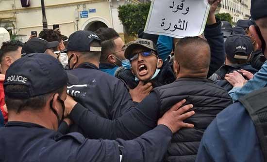 """تظاهر حشود من الجزائريين لتجديد المطالبة بـ""""التغيير ومدنية الدولة"""" .. بالفيديو"""