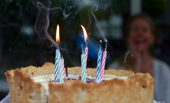 عيد ميلاد مميز لامرأة عمرها 80 عاما وسط الحجر الصحي بإسبانيا..فيديو