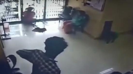 بالفيديو.. الهند : وفاة امرأة بعد اصطدامها بباب زجاجي في بنك