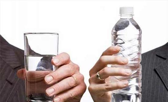 طرق صحية للتخلص من الماء الزائد في الجسم.. ما هي؟