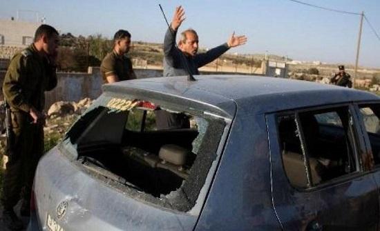 مستوطنون يهاجمون مركبات المواطنين بين نابلس ورام الله