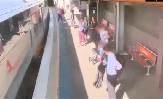 لحظة سقوط طفل أسفل قطار خلال محاولة ركوبه (فيديو)