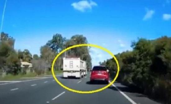 حادث صادم وغريب.. هذا ما فعله سائق السيارة الحمراء - فيديو