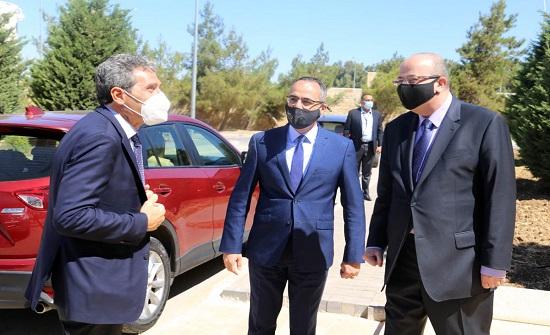 السفير الايطالي يزور جامعة الحسين التقنية ويطلع على برامجها التعليمية