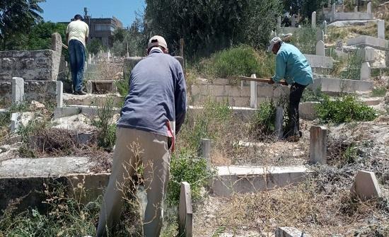 بلدية السلط تنفذ حملة نظافة للمقابر استعدادا لعيد الأضحى المبارك - صور