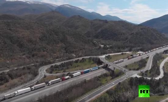 لقطات جوية لمئات الشاحنات العالقة على حدود أوروبا