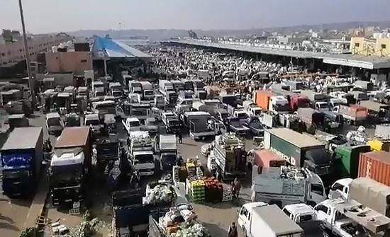 بالفيديو : ازدحام غير مسبوق في السوق المركزي بعد انتهاء الحظر