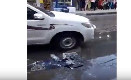شاهد بالفيديو :  مياه المجاري تغرق شارع ايدون في اربد وتداهم المحلات التجارية