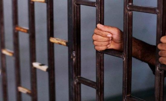 شاب مغربي يخرج من السجن ويطعن والده بوحشية