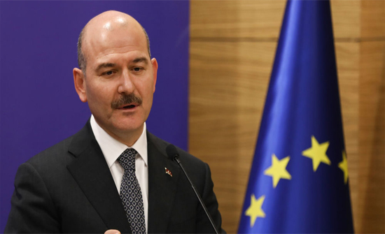 شاهد.. وزير الداخلية التركي ينزف دما أثناء مؤتمر صحفي