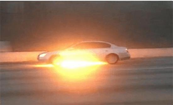 شاهد: فيديو مروع لشخص يسير بسيارة مشتعلة في أمريكا دون أن يدري