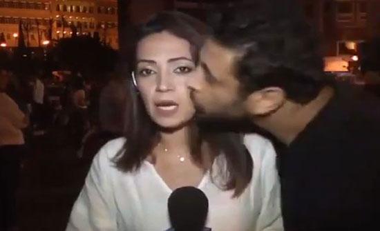 بالفيديو : قبلة جدیدة من ثائر لبنان لمذیعة على الھواء مباشرة