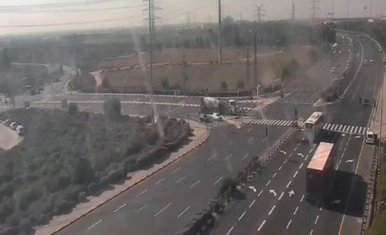 شاهد: لحظة سقوط صاروخ فلسطيني وانفجاره وسط شارع مزدحم بالسيارات في إسرائيل