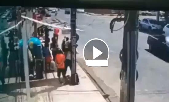 رد فعل لا يصدق لامرأة ركض لص من أمامها (فيديو)