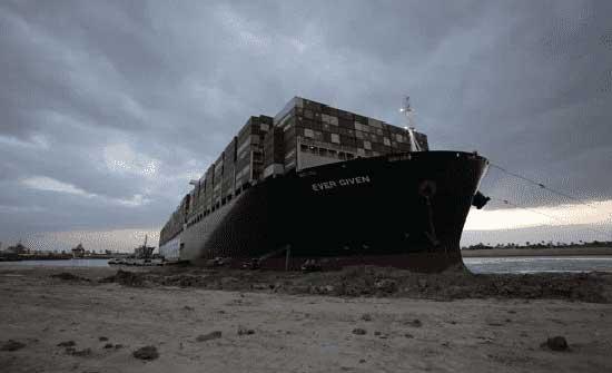 لحظة تعويم السفينة الجانحة فى قناة السويس .. بالفيديو