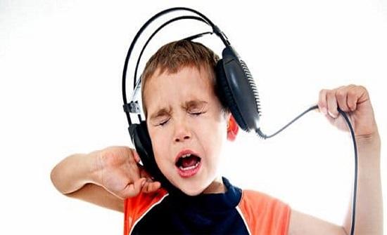 """عفن أسود داخل أذن طفل صيني وضع السماعات لفترات طويلة""""صورة"""""""