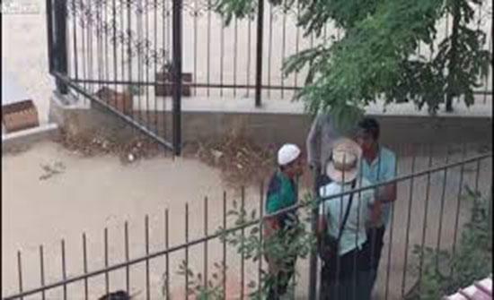 فيديو :رد فعل شاب لحظة اعتداء 3 لصوص على رجل لسرقته