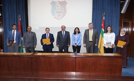 """""""الأردنية"""" تكرّم الفائزين بجائزة حمدي منكو للباحث المتميّز"""