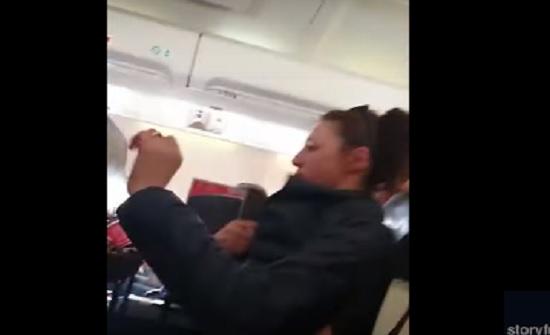 اضطرابات جوية قوية تثير الفوضى داخل طائرة (فيديو)