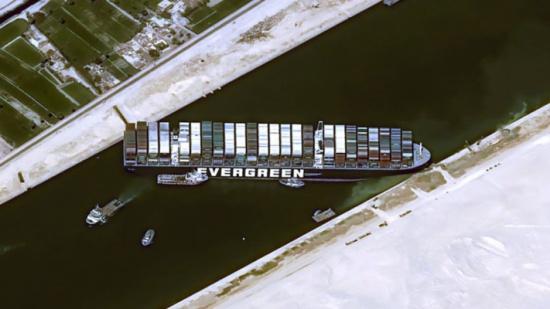 """""""رويترز"""": السفينة العالقة في قناة السويس تعود إلى وضعها السابق بسبب الرياح"""
