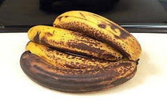 فوائد الموز بالقشر الأسود لا تعد ولا تحصى... توقفوا عن رميه