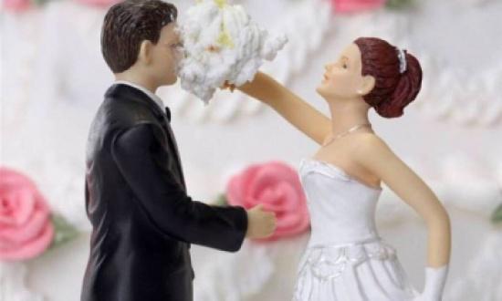 رجل يسحل زوجته لمحاولتها تخريب زفافه على أخرى