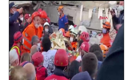 تفاصيل مثيرة.. إنقاذ فتاة وكلبها من بين الحطام بعد 17 ساعة من وقوع زلزال إزمير
