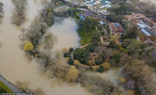 شاهد.. غرق منزل جورج وأمل كلوني بسبب العاصفة دينيس