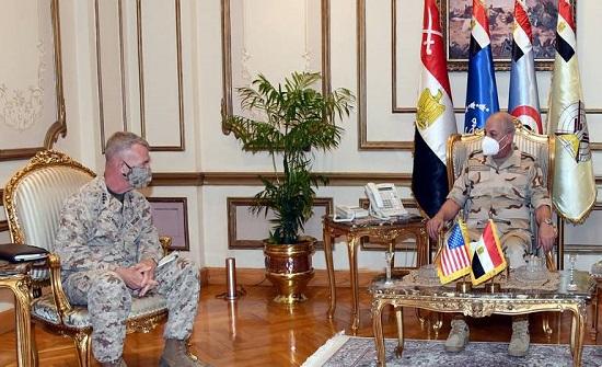 وسط توتر في ليبيا.. قائد القيادة المركزية الأمريكية يزور القاهرة