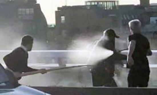 بالفيديو : بطفاية حريق.. فيديو جديد للحظة سيطرة المارة على إرهابي جسر لندن
