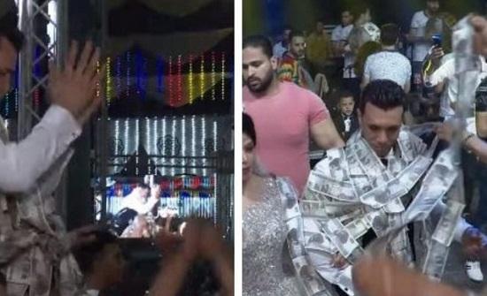 رجل مصري يهدي عريس نصف مليون جنيه في حفل زفافه بطريقة مثيرة