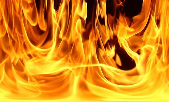 إخماد حريق أعشاب جافة في عمان