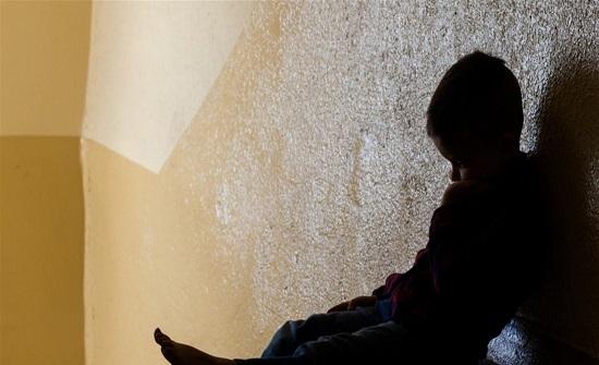 """صرخة تفطر القلوب... الطفل العراقي المعنف محمد يطلب الموت لإنهاء معاناته: """"بابا اقتلني""""!"""