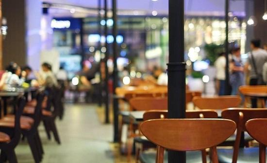 تحذير من إغلاق مطاعم سياحية بعد رفع رسوم تصاريح العمال