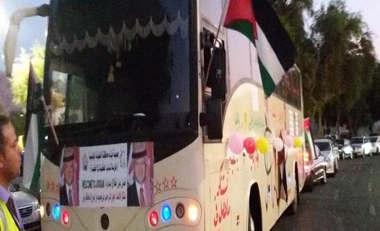 بالصور... الطفايله في العقبة يستقبلون السياح بالقهوة العربية والعصائر