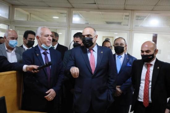 رئيس الوزراء يزور صحيفة الرأي مهنئا باليوبيل الذهبي لتأسيسها