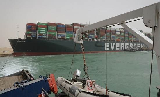 مصر تعلق الملاحة مؤقتاً في قناة السويس.. والشركة المالكة تعتذر