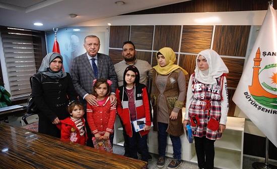 """أردوغان يلتقي أسرة رضيع سوري استُشهد على يد """"ي ب ك"""" خلال """"نبع السلام"""""""