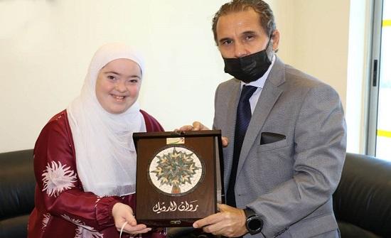 الأمير مرعد يكرم حافظة للقرآن الكريم من ذوي متلازمة داون