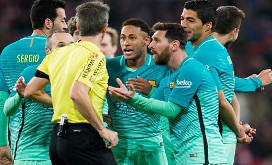 عقوبة جديدة للاعبين الذين يقتربون من الحكم في زمن كورونا