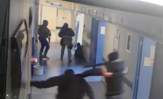 بالفيديو : عصابة مسلحة تقتحم مستشفى وتخطف مريضا ثم تقتله وتقطعه في المكسيك