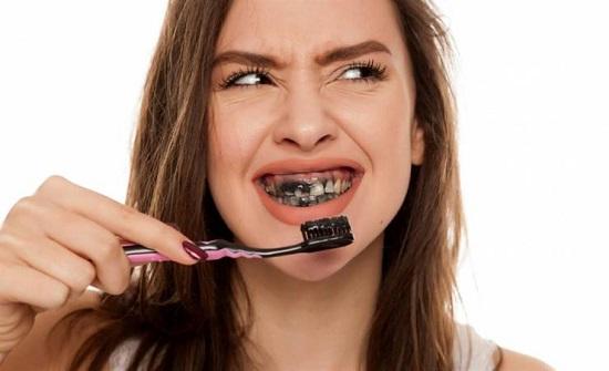 بعكس ماهو سائد.. الفحم خطر جدًا على الأسنان